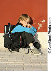 Triste y solitario chico de la escuela, niño, estudiante o niño