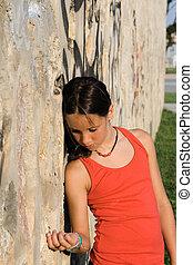 Triste y triste e infeliz niña maltratada sola
