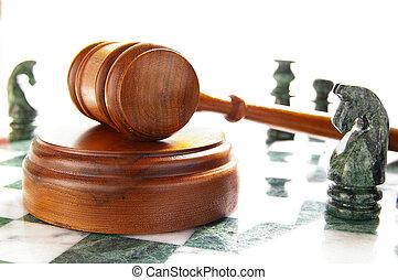 Trozos de ajedrez y leyes sobre blanco