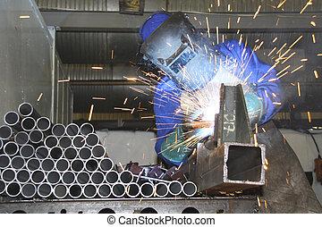 Tubos de soldadura artesanal en una línea de producción
