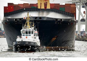 Tugboat remolcando carguero en puerto