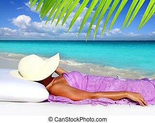 Turista caribeño descansando sombrero de playa