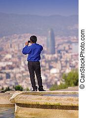 Turista tomando fotos en Barcelona City, España