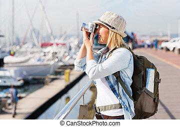Turista tomando fotos en el puerto