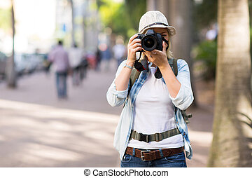Turista tomando fotos en la calle
