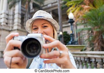 Turista tomando fotos en la ciudad