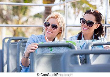 Turistas tomando un autobús abierto de gira por la ciudad