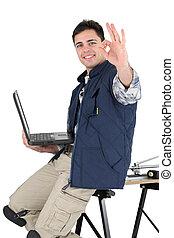 Un acomodador profesional posando con sus materiales y herramientas