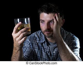 Un adicto borracho con whisky en concepto de alcoholismo
