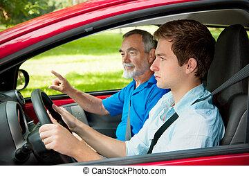 Un adolescente aprendiendo a conducir