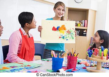 Un alumno de escuela primaria en clase de arte