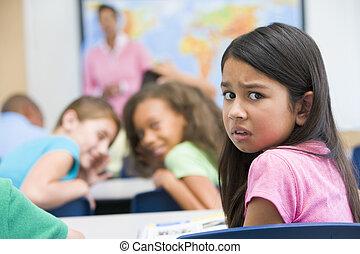 Un alumno de escuela primaria siendo intimidado