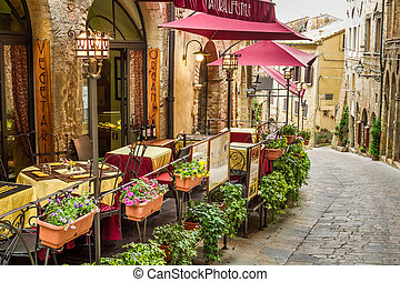 Un antiguo café en la esquina de la vieja ciudad de Italia