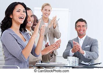 Un aplauso para el equipo de negocios