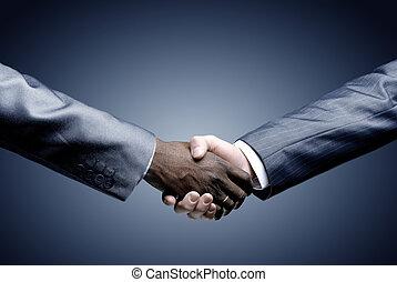Un apretón de manos sosteniendo el negro