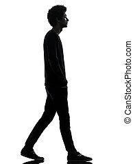Un apuesto joven africano paseando silueta
