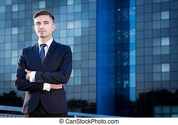 Un apuesto y elegante hombre de negocios