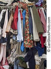 Un armario lleno de ropa