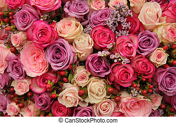Un arreglo de bodas púrpura y rosado