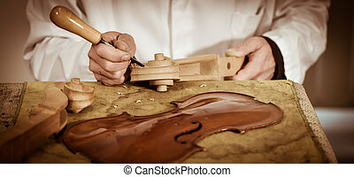 Un artesano que trabaja en el taller