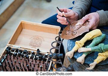 Un artesano siciliano en el trabajo
