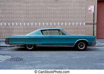Un auto americano de los 60 en la calle Nueva York