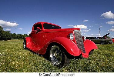 Un auto clásico rojo