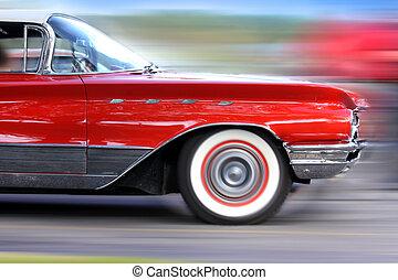 Un auto rojo en movimiento rápido