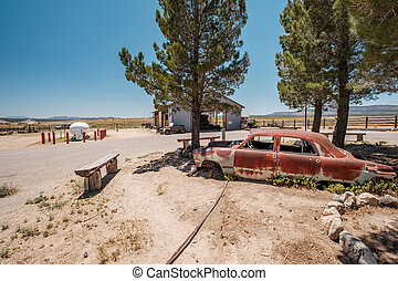 Un auto viejo cerca de la ruta histórica 66 en California