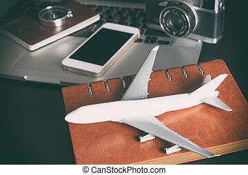 Un avión de juguete con objetos de viaje antiguos para el concepto de viaje de negocios