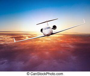 Un avión privado volando sobre las nubes