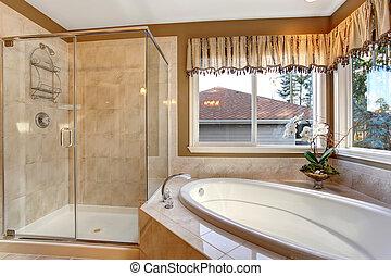 Un baño grande y elegante con suelos de baldosas y ducha de cristal.