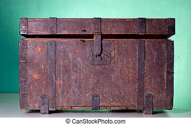 Un baúl antiguo de madera
