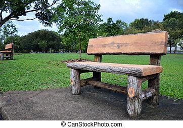 Un banco de madera en el jardín