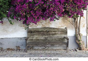 Un banco de madera en la vieja ciudad de Faro, algarve portugal