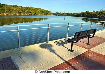 Un banco de parques con vista al río