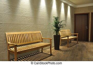 Un banco vacío en la sala de espera