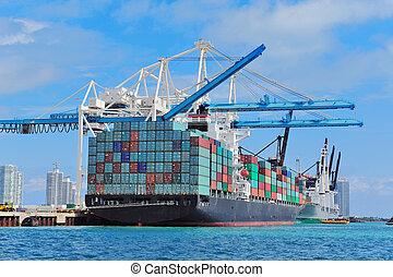Un barco de carga en el puerto de Miami
