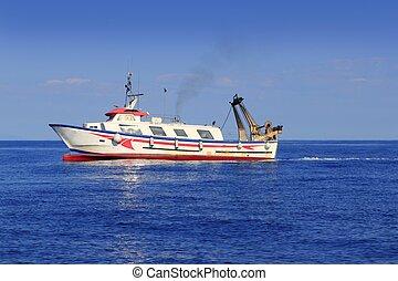 Un barco pesquero que trabaja en el Mediterráneo