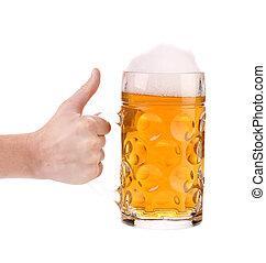 Un barril de cerveza con espuma en la mano