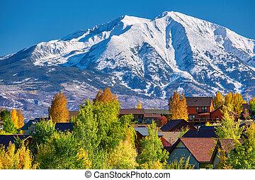Un barrio residencial en Colorado en otoño