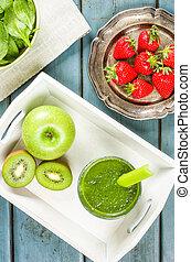 Un batido verde con fruta y espinacas