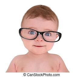 Un bebé con gafas en el fondo blanco