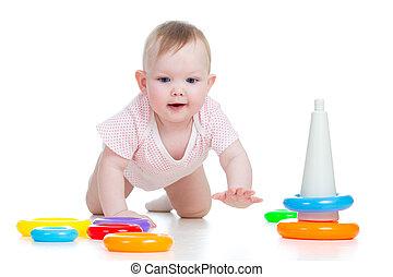 Un bebé feliz jugando con un juguete