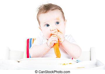 Un bebé raro comiendo una zanahoria
