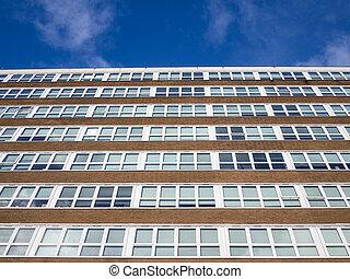 Un bloque de oficinas moderno con cielo azul