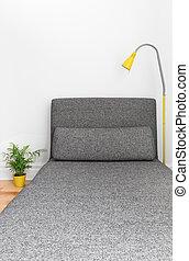 Un cómodo chaise longue en una casa moderna