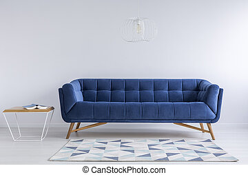 Un cómodo sofá azul