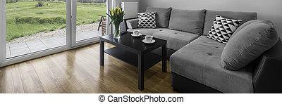 Un cómodo sofá gris