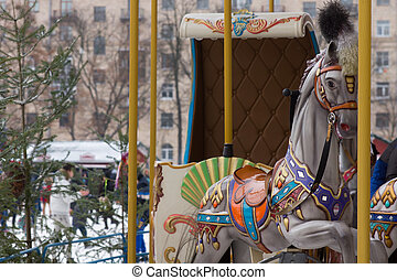 Un caballo colorido en un tiovivo